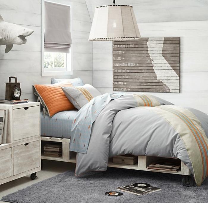 muebles hechos con palets DIY, sofa cama con palets con estanterías y ruedas, dormitorio juvenil decorado en los tonos del gris