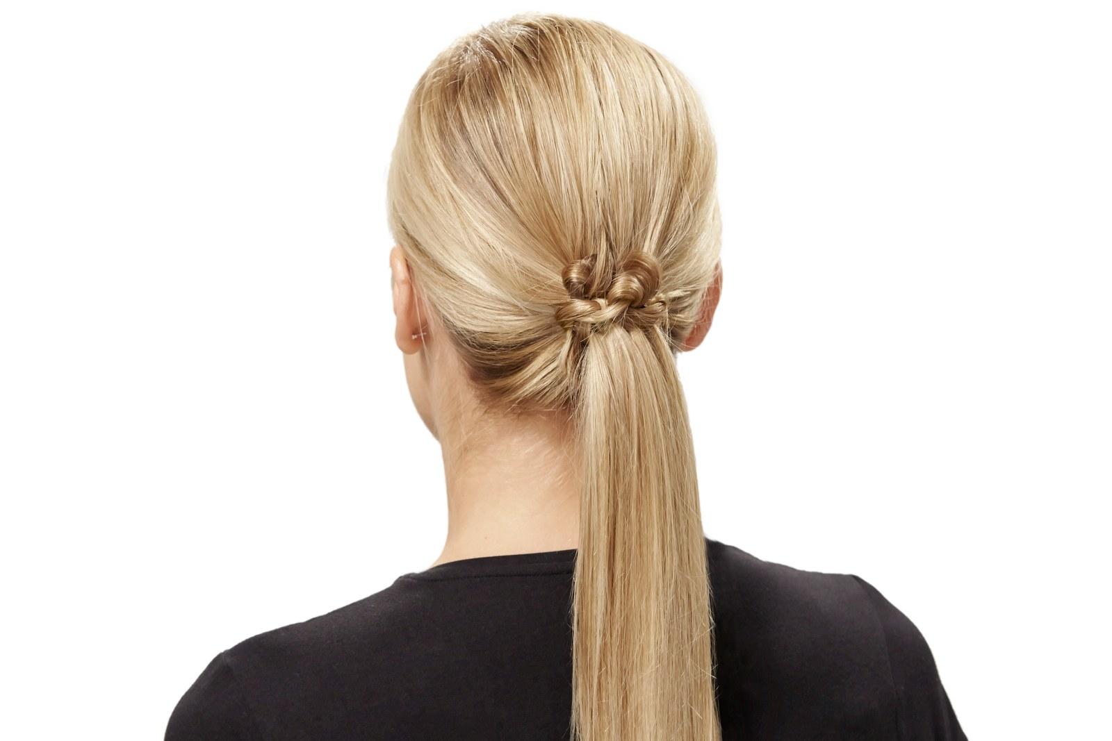 coleta baja super original, ideas de peinados recogidos faciles 2019, largo cabello rubio alisado