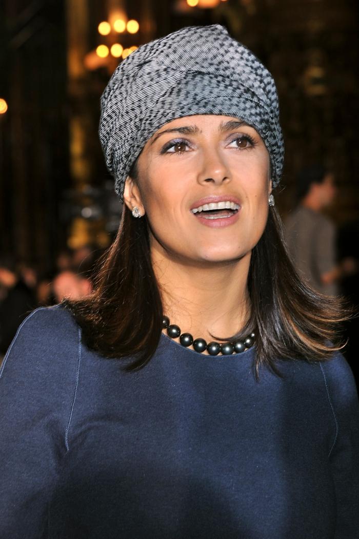 pañuelos para la cabeza originales y modernos, Salma Hayek con un vestido en azul oscuro y pañuelo gris en la cabeza