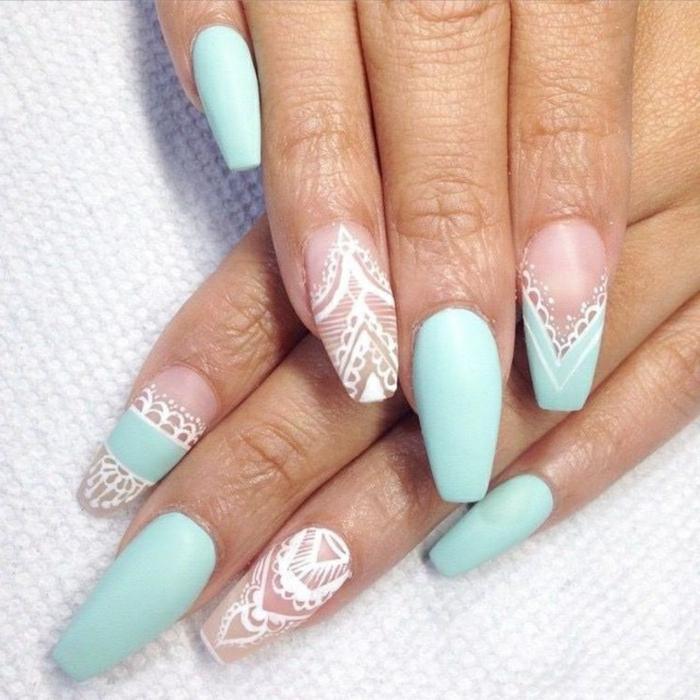 uñas pintadas en color tiffani con decoración en blanco motivos de encaje, tendencias uñas 2019