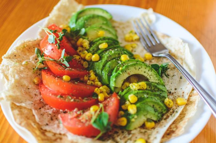 comidas saludables para hacer en casa, pan árabe con aguacate, maíz y tomates, recetas vegetarianas faciles