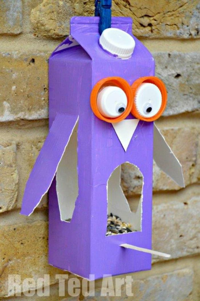 ideas originales sobre como decorar una caja de carton, comedor de pájaros DIY, manualidades infantiles originales