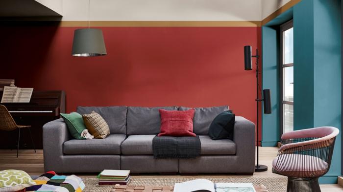 ejemplos de pintura salon dos colores, salón de diseño con paredes en rojo y azul, sofá en gris