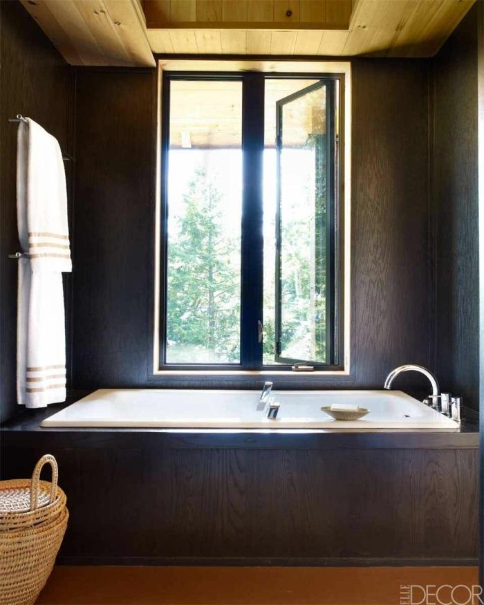 baño moderno en estilo contemporáneo diseñado en colores terrestres con detalles de madera y mimbre