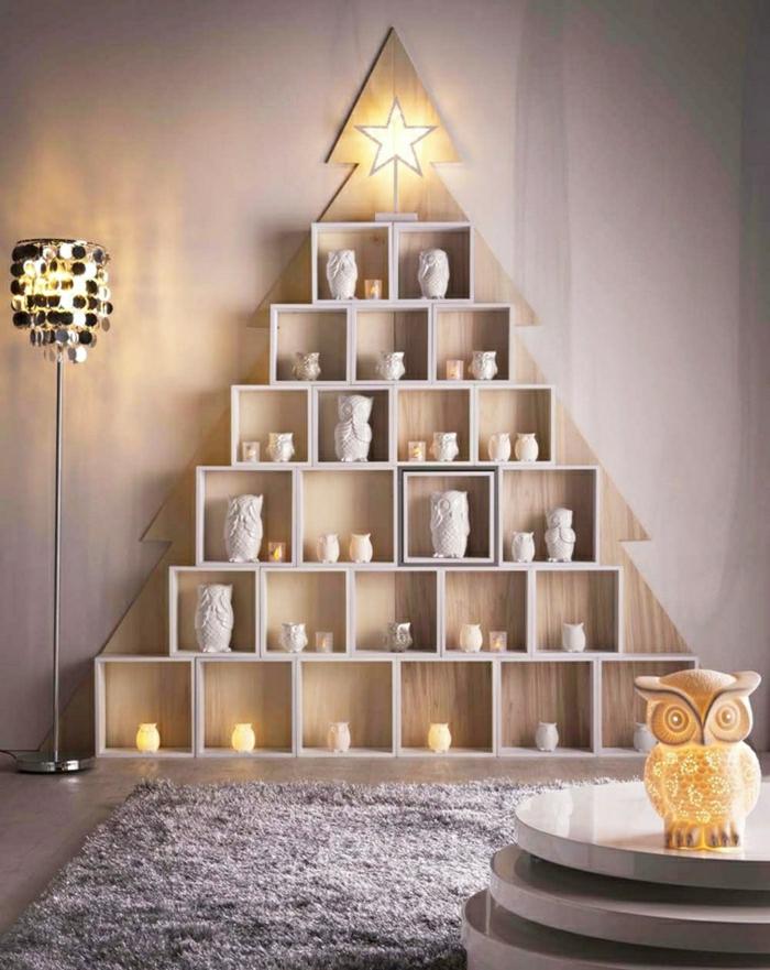 ingeniosas propuestas de arbol de navidad caser, estanterías colocadas en forma de árbol navideño, buhos decorativos