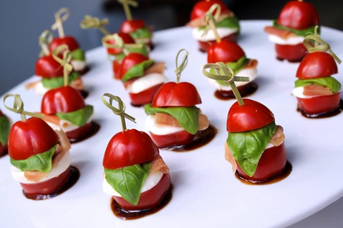 aperitivos frios originales, mini entrantes con tomates cherry, queso mozzarella, jamón y albahaca