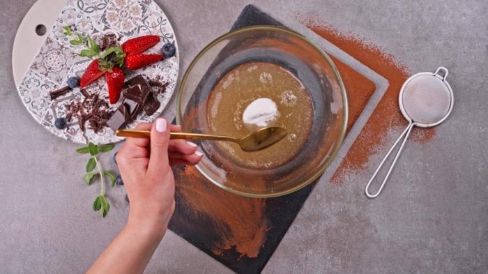 como preparar un mousse de chocolate casero con aguafaba, ideas de recetas de postres ligeros y ricos para el verano