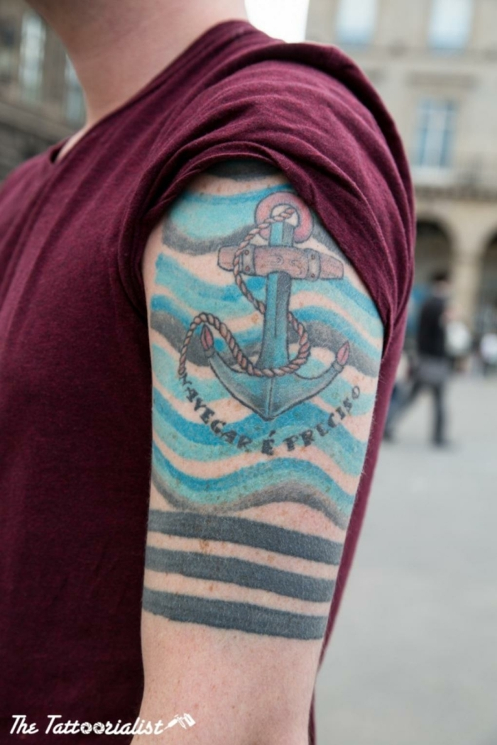 tatuajes en el brazo, ideas de tatuajes faciles vintage, tattoo con ancla color azul, símbolos tatoos old school