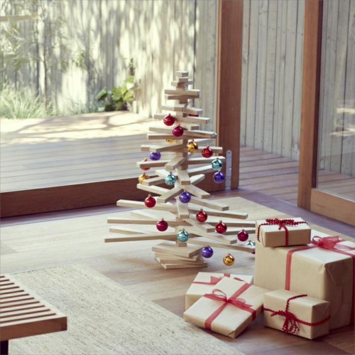 arbol de navidad de madera con mucho encanto decorado de bolas navideñas en colores brillantes