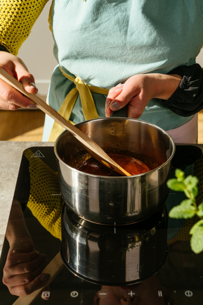 caramelizar 100g de azúcar de caña con dos cucharadas de agua en una cacerola, ideas de recetas caseras veganas