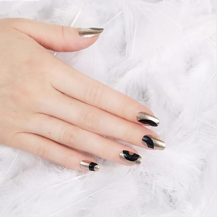 uñas pintadas en dorado con elementos decorativos en negro, tendencias uñas elementos geométricos