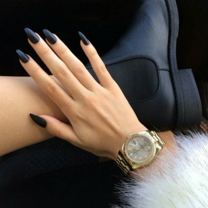 tipos de uñas postizas, uñas largas en acrílico pintados en negro con acabado mate, forma almendrada con puntas afiladas