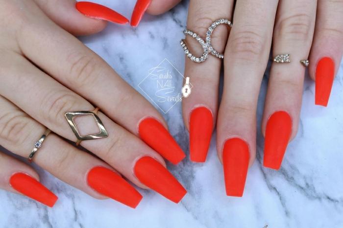largas uñas con puntas coffin pintadas en rojo fuego acabado mate, uñas pintadas en un solo color