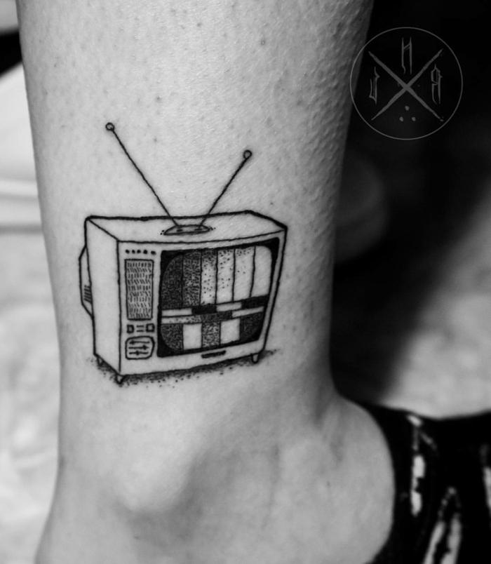 tatuajes faciles en estilo oldschool, ideas de diseños para hombres, viejo televisor tatuado en el tobillo