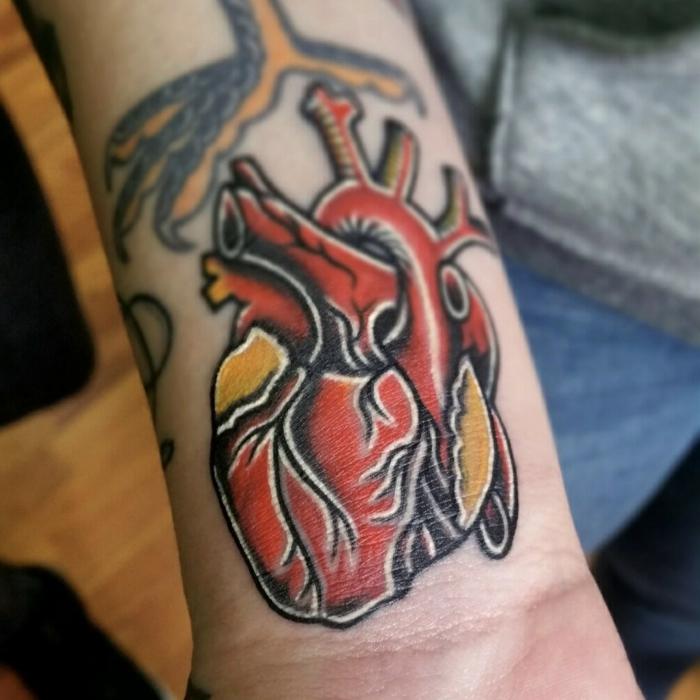 tatuajes en el brazo hombre, diiseños de tatuajes en estilo old school, tattoo con colores intensos