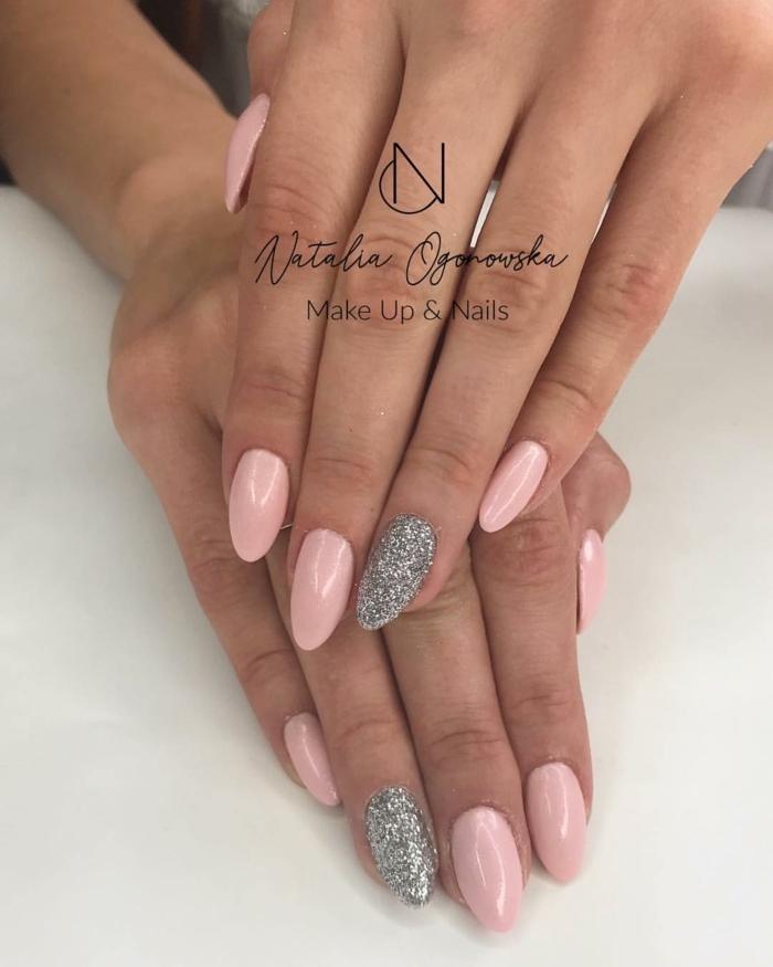 preciosa combinación de rosado y plateado, uñas en acrilico largas de forma almendrada, diseños exclusivos