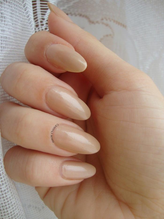 manicura clásica, uñas largas de forma almendrada pintadas en beige claro, tipos de uñas postizas