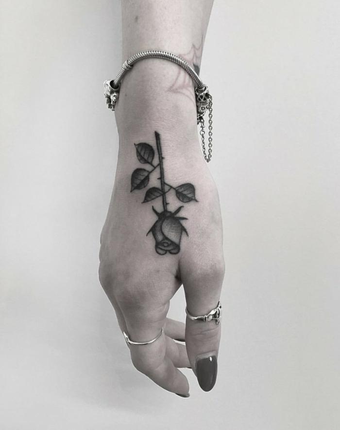 rosa en estilo vintage tatuada en la mano, tatuajes faciles old school para mujeres, tattoos pequeños