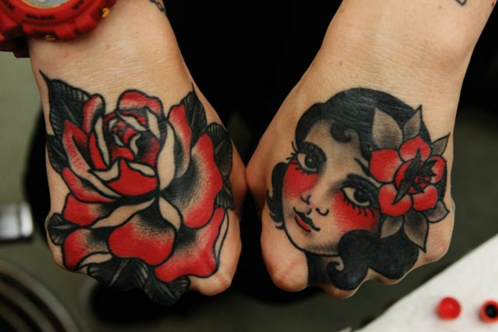 tatuajes faciles con símbolos típicos de la cultura vintage, manos de mujer tatuados con tattoos en negro y rojo