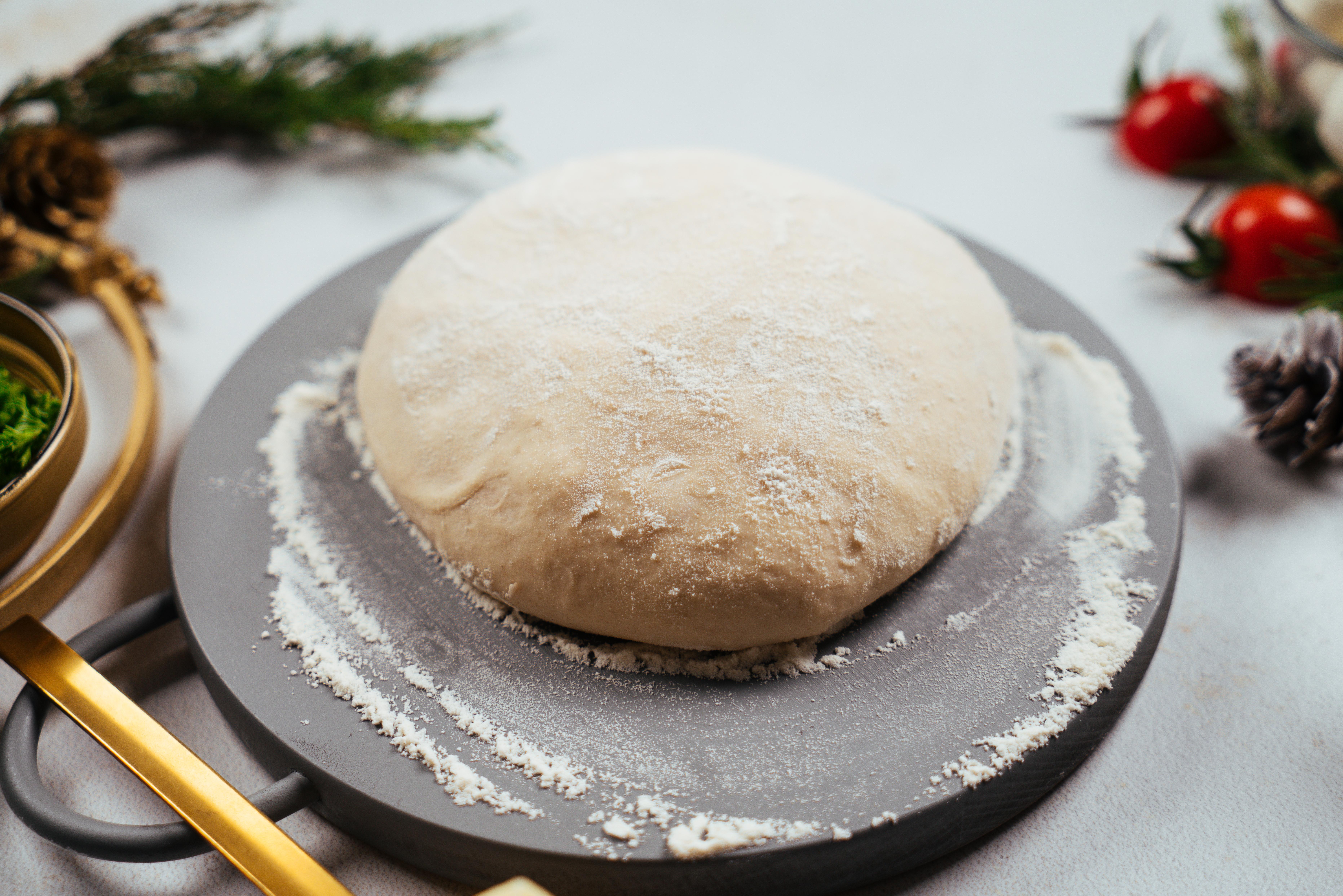 masa para pizza para hacer empanada en forma de corona navideña, las mejores recetas de canapés navideños y entrantes para nochevieja