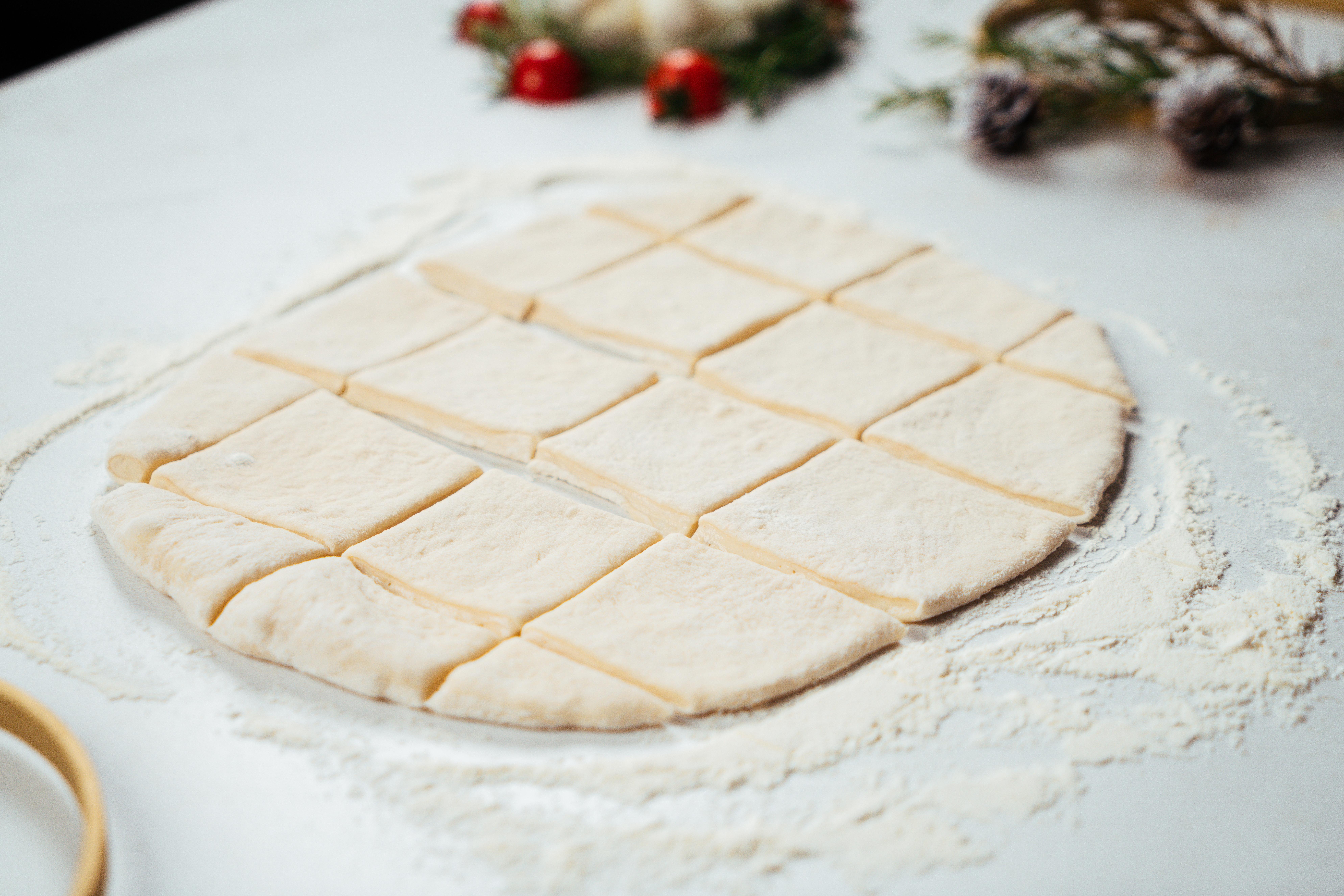 masa de hojaldre cortada en mini cuadros para hacer empandas, recetas de empanadas con hojaldre paso a paso