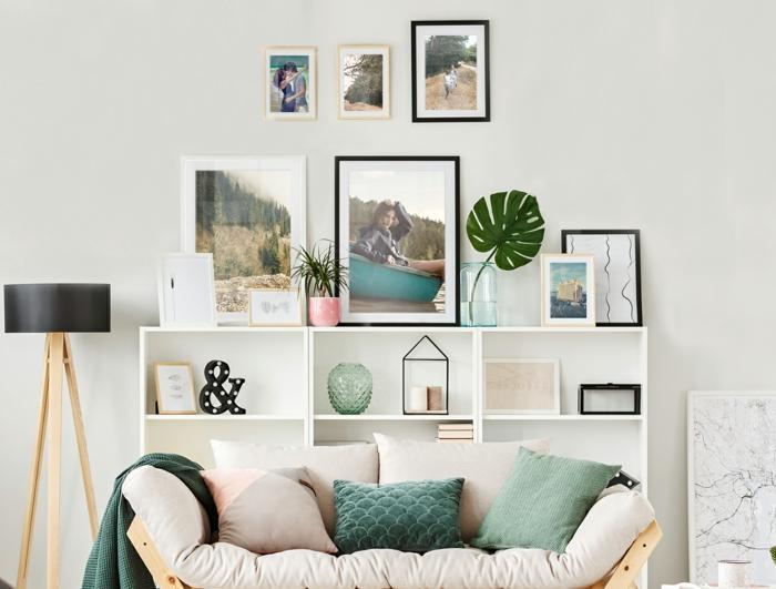 salón decorado en estilo contemporáneo en tonos pastel, muro galería con cuadros decorativos con fotografías, sofá moderna con cojines decorativos