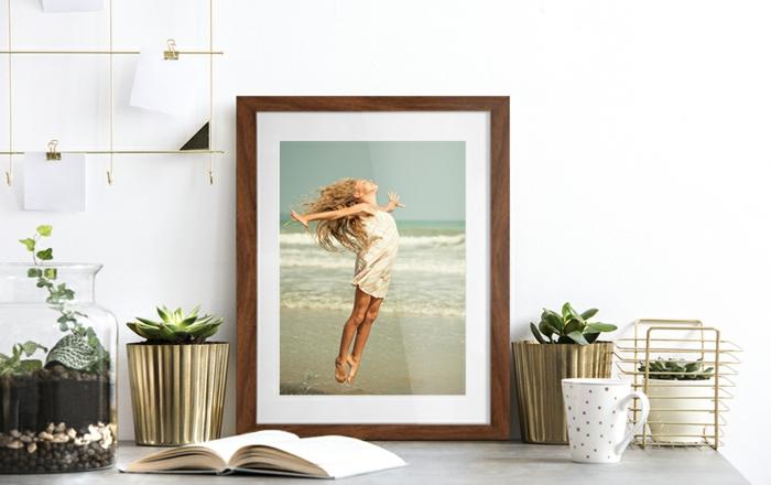 decoración con plantas suculentas y foto en marco de madera, ideas de decoración de espacios modernos