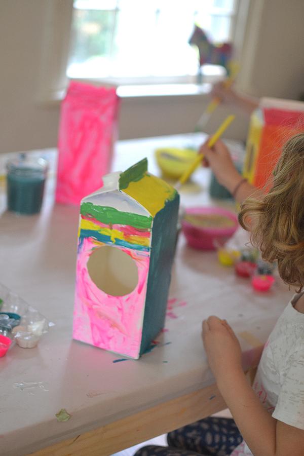 originales ideas sobre como decorar una caja de cartón, manualidades con reciclaje paso a paso