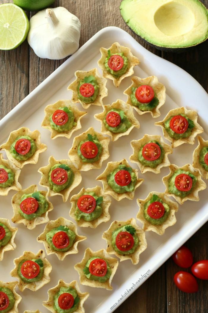 canapés navideños rápidos fáciles y originales, tartitas con guacamole, recetas de aperitivos para picar
