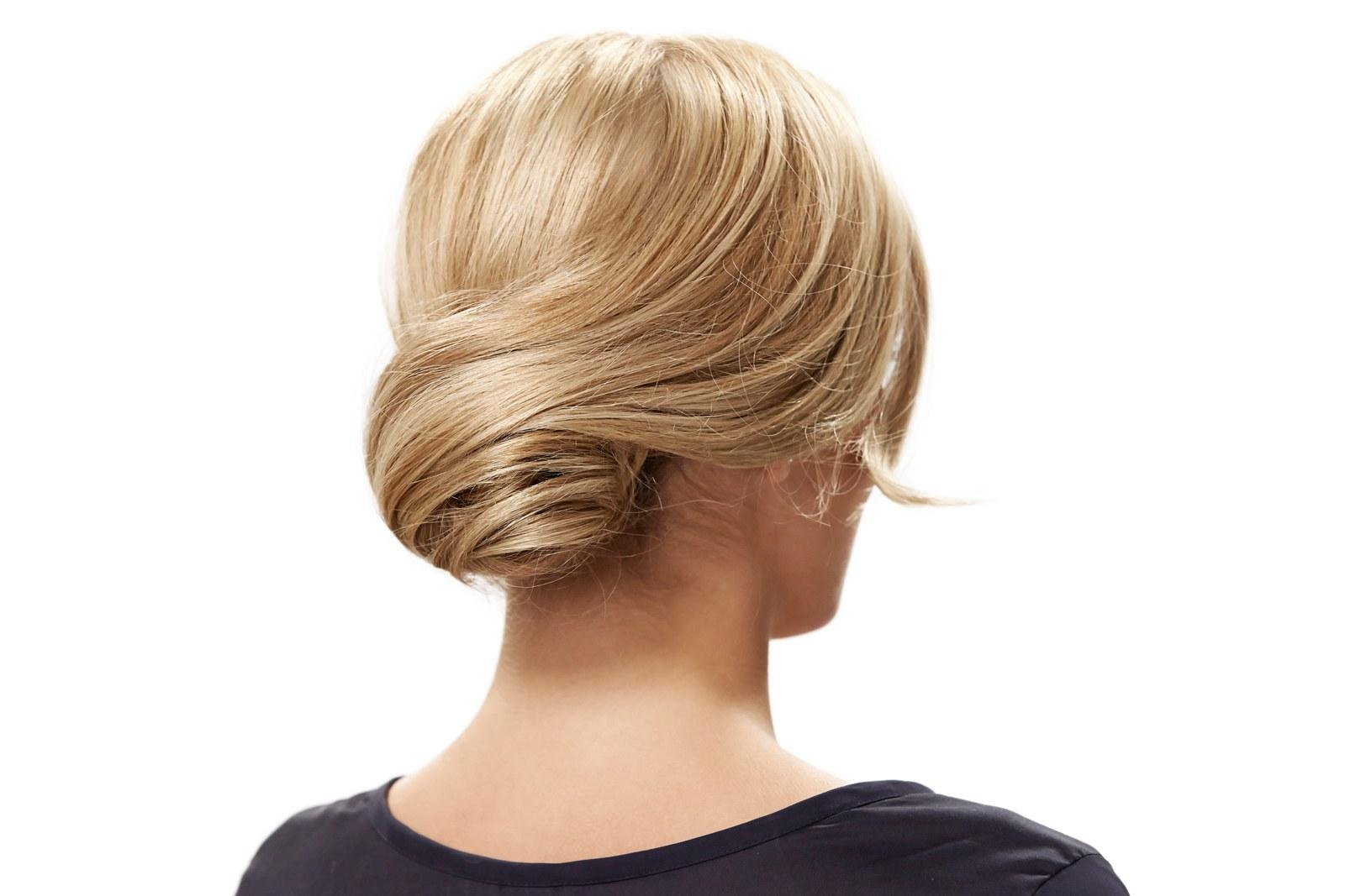 moño super elegante toque retro, pelo rubio largo, bonitas ideas de peinados recogidos faciles para ocasiones especiales