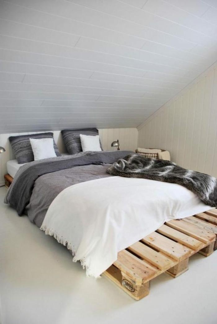 muebles hechos con palets DIY, precioso dormitorio abuhardillado decorado en gris, tendencias diseño de interiores 2018
