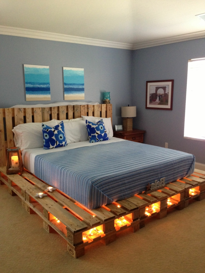 bonitos ejemplos de muebles hechos con palets, cama con palets DIY con luz empotrada, dormitorio decorado en azul
