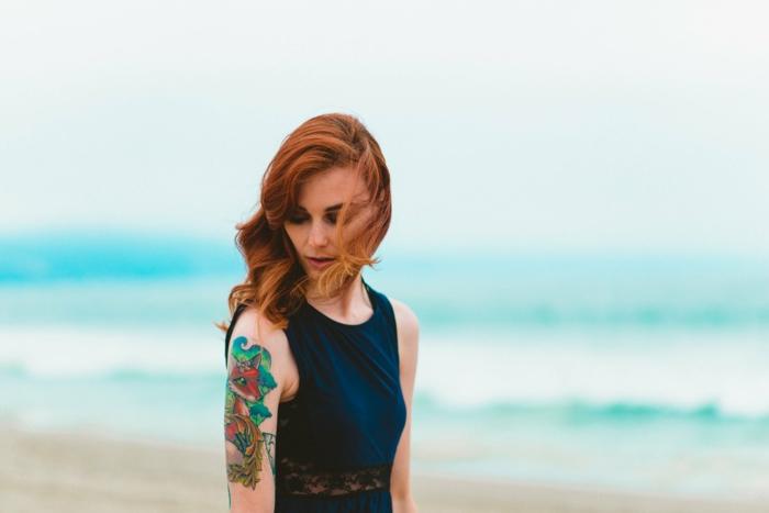 ideas de tatuajes en el brazo inspirados en la vieja escuela, brazo entero tatuado colores intensos