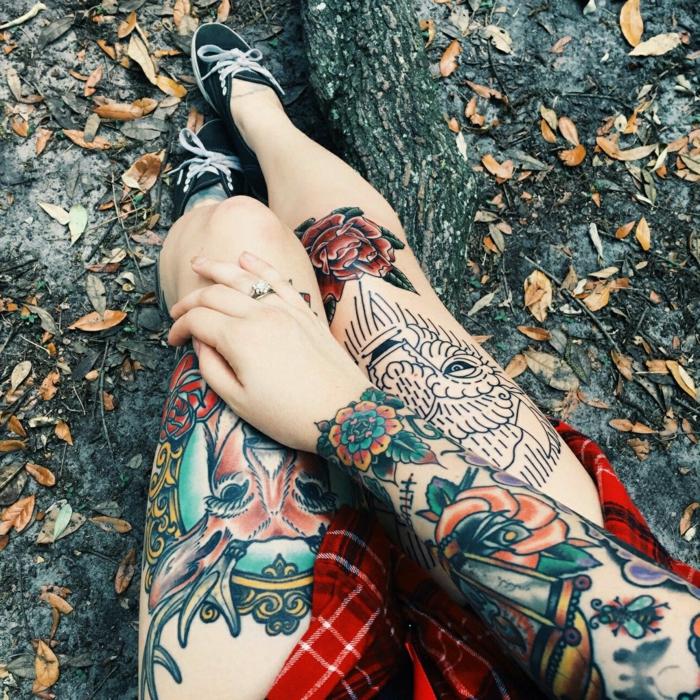 piernas y brazos tatuados con diseños en estilo vintage, rosa de los vientos tatuaje, motivos florales, animales