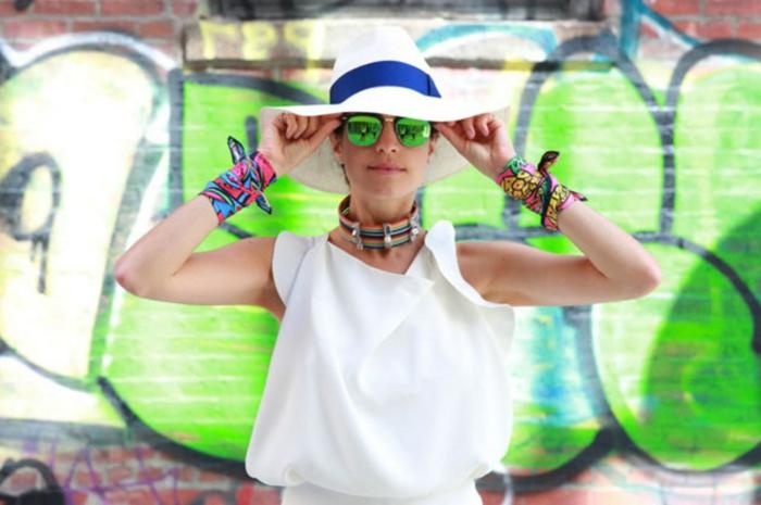manera original de ponerse un pañuelo, fulares coloridos de seda, vestido blanco sombrero blanco y azul