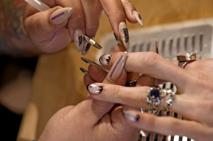 tipos de uñas falsas, bonitos diseños de uñas largas en acrílico, diseño con detalles en negro y dorado