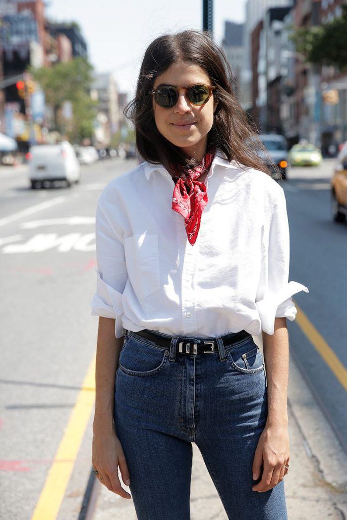 un outlook clásico, vaqueros slim, camisa blanca y un pañuelo rojo ornamentado, mujer con pelo suelto
