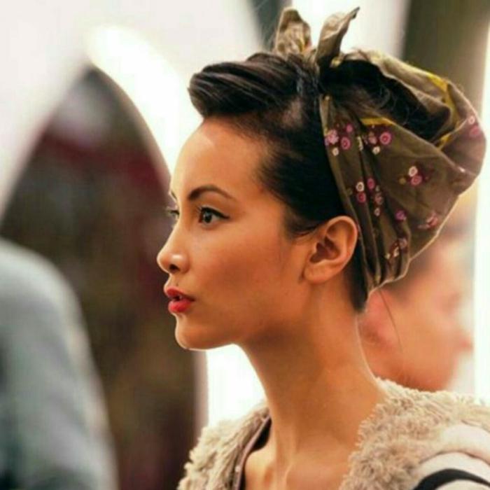 pañuelos en la cabeza puestos de una manera elegante y original, pelo recogido en moño, pañuelo verde motivos florales