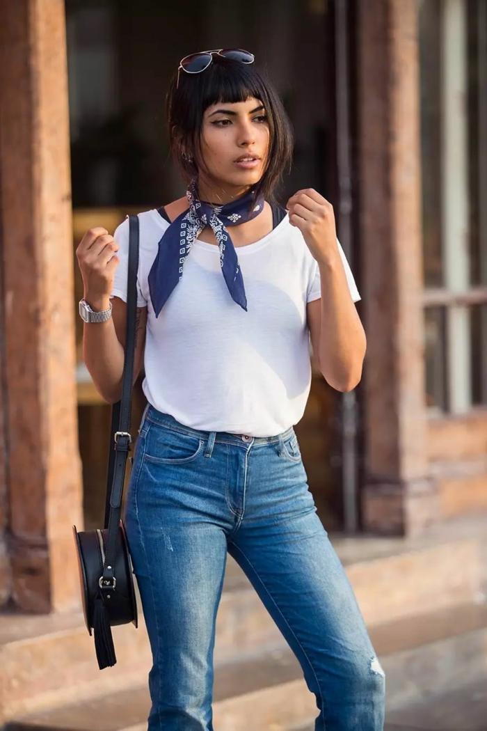 estilo casual con vaquero, blusa blanca y pañuelo azul en el cuello, combinación clásica en tendencia