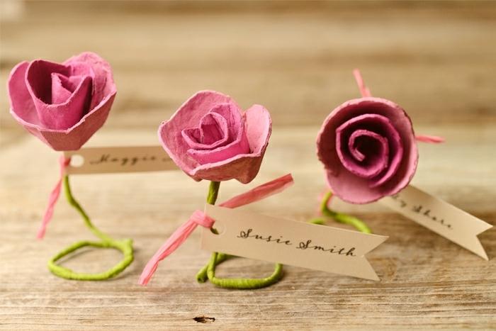 preciosos adornos hechos de cartón reutilizado, ideas de manualidades con cartón, tarjetas escolta con rosas