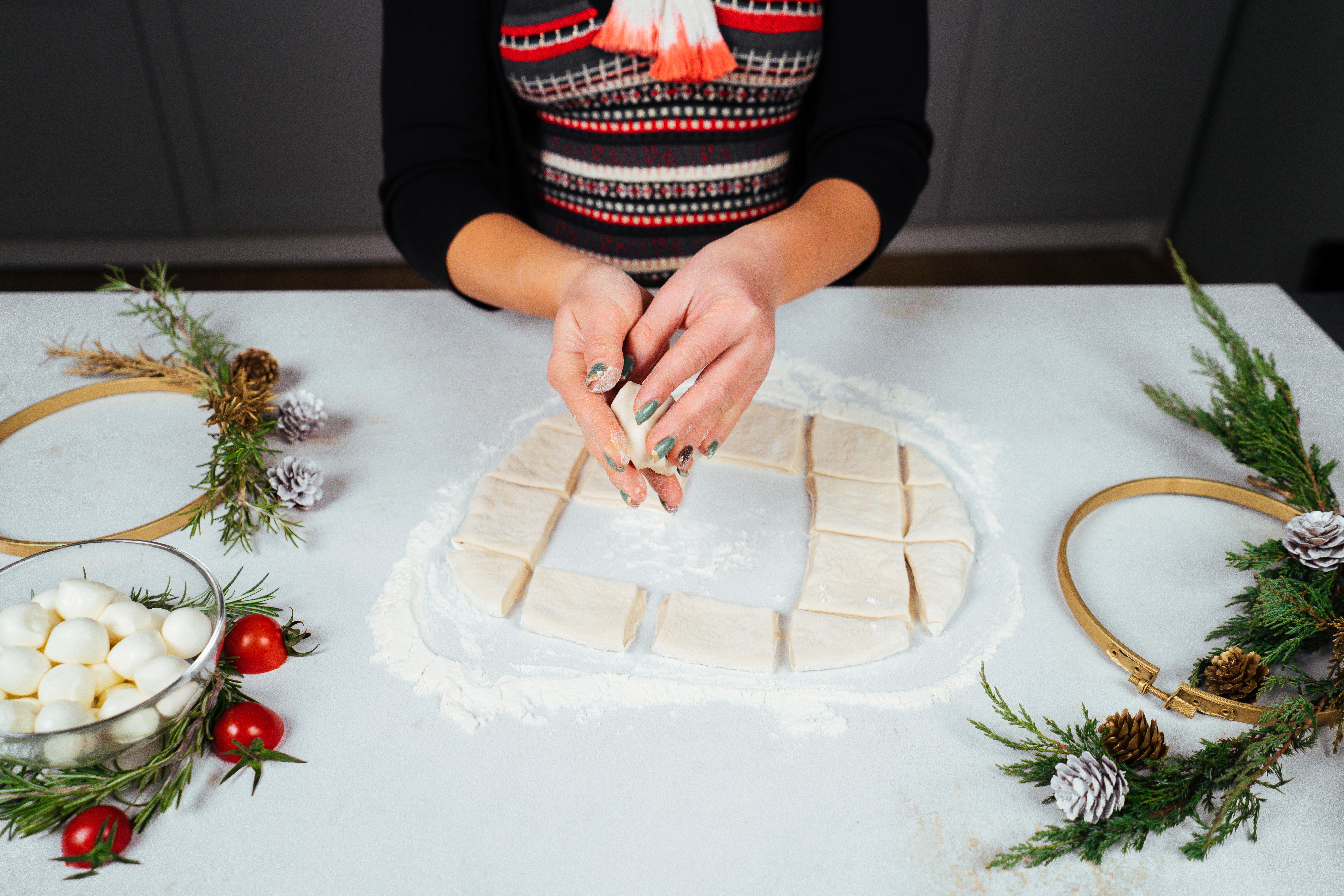 como hacer una corona de hojalde y queso mozzarella, ideas de comidas navideñas temáticas, fotos de comidas para nochevieja