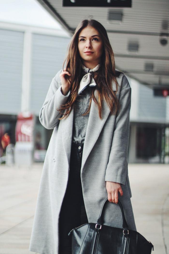 pañuelos para la cabeza puestos en el cuello, abrigo gris de diseño, bolso negro, mujer con pelo suelto