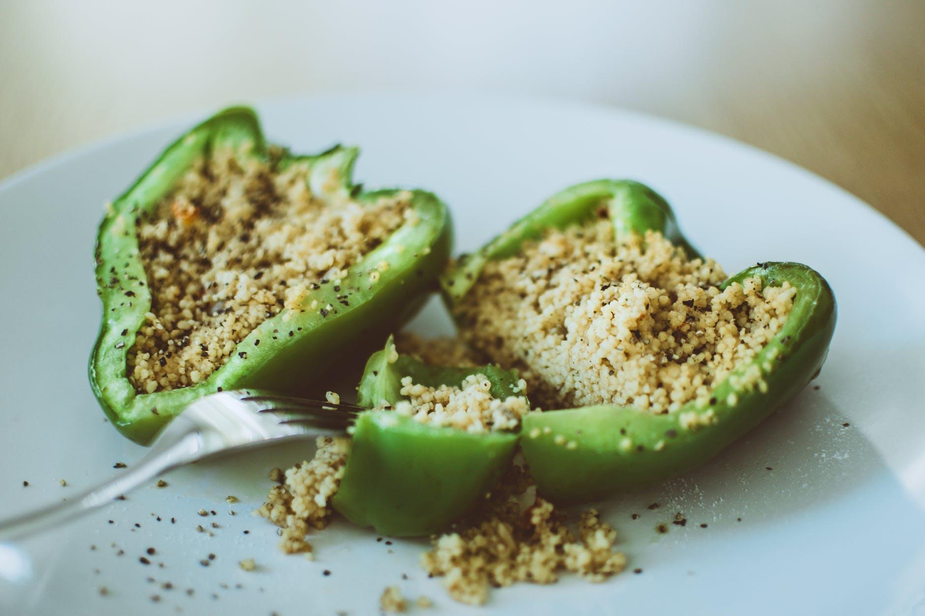 ideas de recetas veganas fáciles ricas y saludables, pimientos verdes rellenos de quinoa blanca cocida con pimienta negra