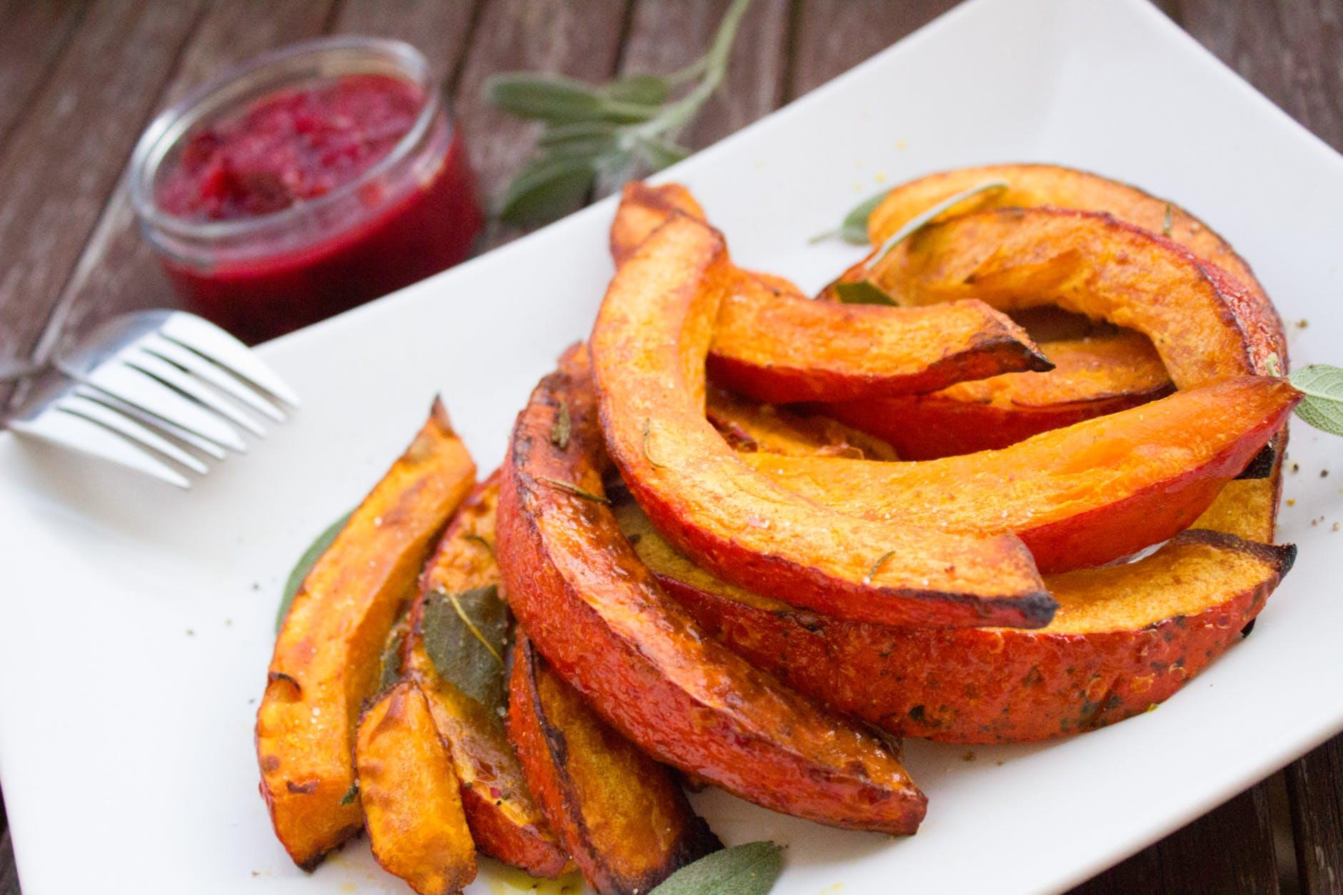recetas veganas para el otoño fáciles de hacer y ricas, papas dulces hechas al horno con especias