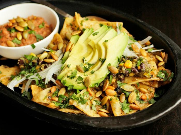 nachos con aguacate y salsa de tomate, cebolla y semillas de calabaza, platos para una alimentacion vegana