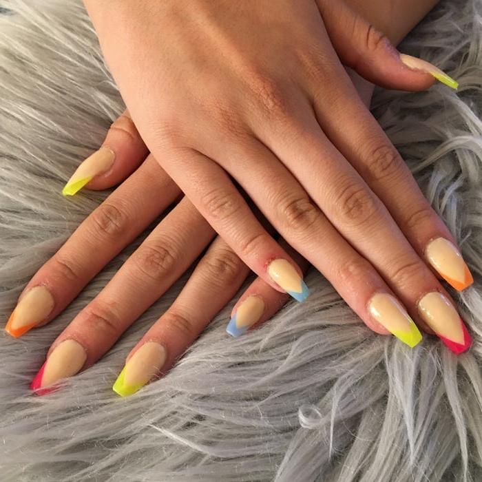 uñas francesas modernas con puntas en diferentes colores, uñas largas con puntas coffin con acrílico