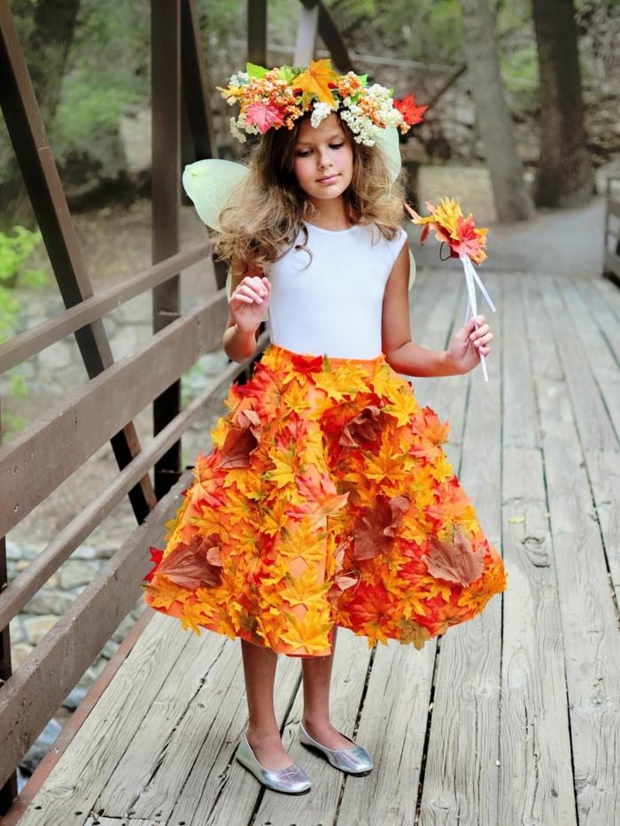 disfraces de halloween caseros para niños, falda decorada con hojas caídas, corona de hojas y flores
