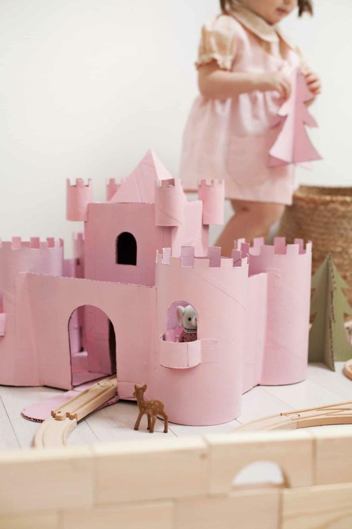 precioso castillo hehco de cartón con rollos de papel higiénico y cajas recicladas, manualidades con tubos de carton
