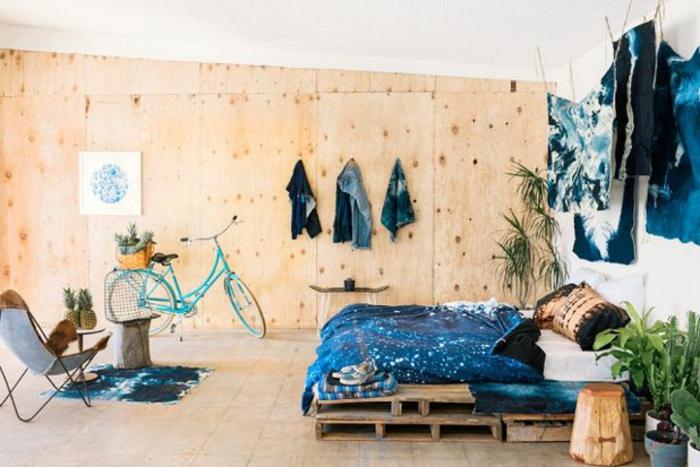 como hacer una cama con palets en dos plantas, dormitorio decorado de manera original