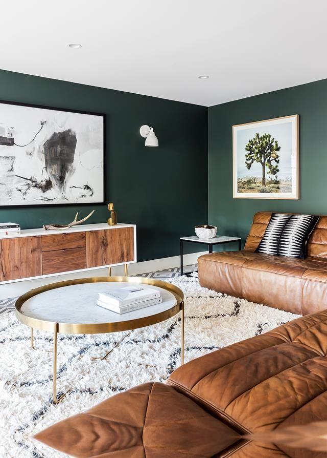 qué colores se llevan para pintar un salón, combinaciones de colores 2019, paredes en verde oscuro, muebles en marron